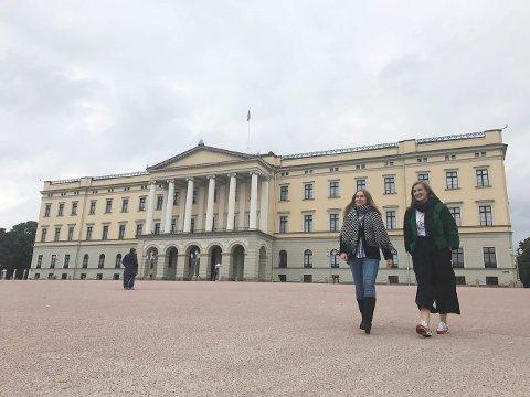 SØMELEVER PÅ SLOTTSBESØK: Karen Anna nybakke og Thea Sollie Hansebakken. Elevene fikk ikke lov til å fotografere innendørs under slottsbesøket.