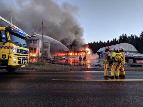 To personer er fortsatt savnet etter at det fredag morgen brøt ut brann hos Metallco på Eina.