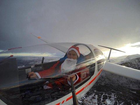 Tor Erik Moen (44) fra Vågå har ikke reinsdyr, men seilfly. Her flyr han over Oppdal. Ved hjelp av en selfie-stang ut av vinduet, tok han dette morsomme bildet.
