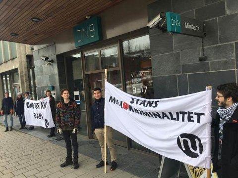 DEMONSTRASJON: Lillehammer Natur og ungdom vil fortsette å demonstrere mot DNB til de er helt ute av oljeprosjektet.