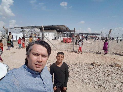 UTENLANDSSJEFEN I IRAK: Amar Bokhari fra Lillehammer er fersk utenlandssjef i norske Redd Barna. Dette bildet ble tatt da han i forrige uke besøkte flyktningleirer utenfor Mosul,   der det foregår harde kamper for å drive IS ut av landets nest største by. ?Ifølge lillehamringen deler Redd Barna ut nødhjelp i form av mat, vann og hygieniske artikler til familier som har flyktet, blant annet fra Mosul.Alle foto: Redd Barna