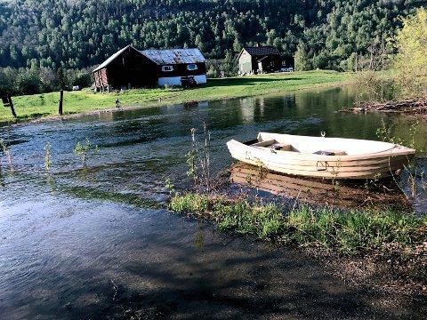 VOLLEN: De som bor her må bruke båt for å komme seg fra hjemme.