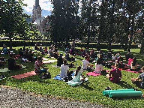 SUKSESS: 64 personer møtte opp på første kveld med gratis yoga i søndre park.