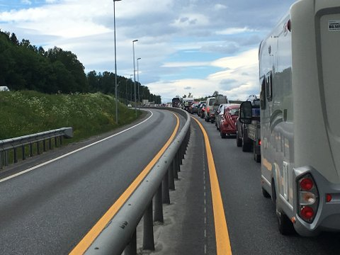 Bilde tatt klokken 16.19 på E6 sør for stedet der vogntoget sperrer trafikken.