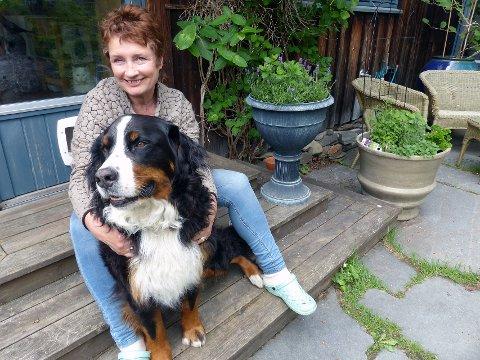 LANG ERFARING: Vigdis Stokke Pettersen har vært fostermor i mange år. Og familiens røslige, firbeinte følgesvenn, Lea, har fulgt med på ferden.