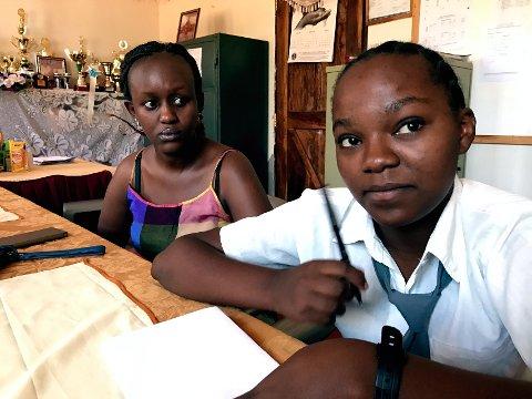SKOLEFLINK: Det er uklart når Claudia Njoki (nærmest) får reise fra Kenya, men hun rekker trolig ungdomsleieren i regi av Lions. Foto: Privat