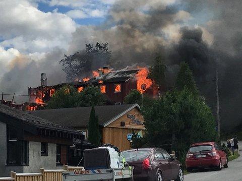 Støren  20170729. Det brenner kraftig to  leilighetskompleks på Støren i Sør-Trøndelag. Også flere biler står i brann.  Foto: Edward Stenlund / Trønderbladet / NTB scanpix
