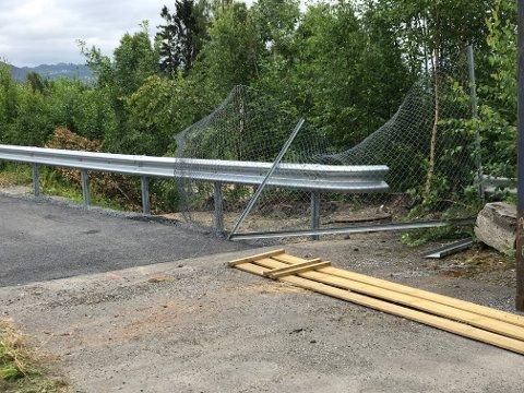 Nettinggjerdet er klippet opp og en gjerdestolpe er tilsynelatende fjernet fra asfalten