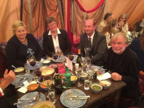 Statsminister Erna Solberg i Anitras telt med godt selskap. Ved siden av, fra venstre er varaordfører i Øyer Mari Botterud (H), varaordfører i Sør-Fron Jon Suleng (Bygdalista) og forfatter Jostein Gaarder.