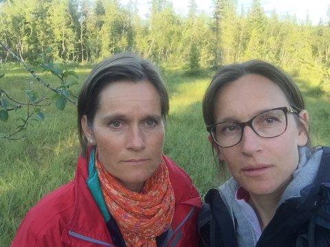 Onsdag kveld: Søstrene Janne (t.v.) og Tone Evje er ute terrenget i Nord-Torpa i håp om å finne noe som kan lede dem til deres savnede bror - Stig Ingar Evje.
