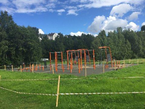 GRATIS TRENING: Den nye aktivitetsparken kan fritt benyttes av alle som ønsker det. Da GD var innom var en gutt i ferd med å prøve treningsapparatene.