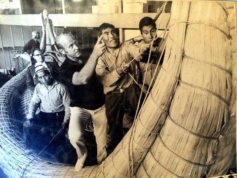 1970: Thor Heyerdahl under byggingen av Ra II. Her framme i stavnen framme med brødrene Jose og Demetrio Limachi. I 1970 krysset Thor Heyerdahl Atlanterhavet fra Marokko til Barbados med sivbåten Ra II og viste med det at flere tusen år gammel båtbyggerteknikk dugde til å krysse verdenshavene.Foto: Privat/Fermin Limachi