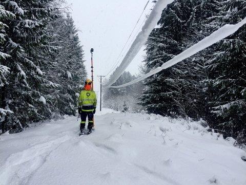 KREVENDE ARBEID: Mye snø og utfordrende terreng har gjort framkommeligheten krevende for dem som skal reparere og vedlikeholde linjenettet til Eidsiva.