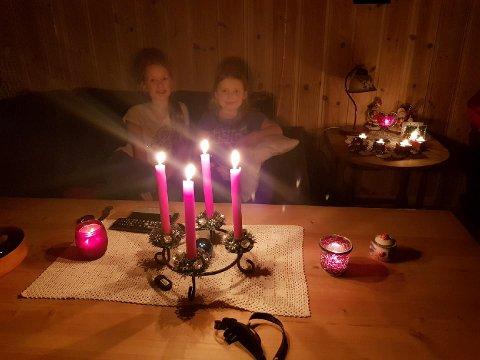 STEARINLYS: Lørdag kveld tente Henriette Isumhaugen og Solveig Sommer Nergaard  opp stearinlys når familien Sommer i nordre Lia ble rammet av strømbrudd.