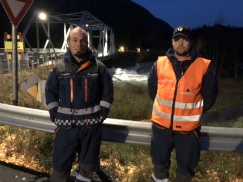 I JOBB: Robert Johnsen og Trond Vidar Solhaug fra Sivilforsvaret har vært på jobb natt til mandag.