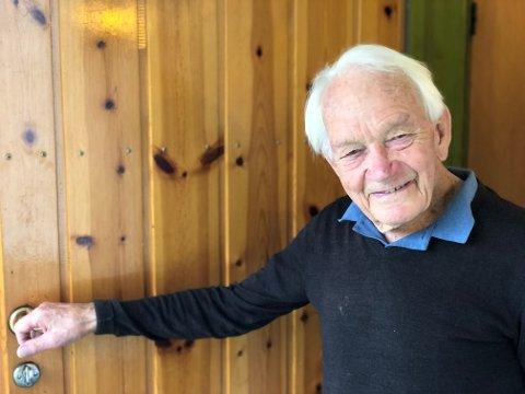 Arve Rolstad (93) har i en årrekke gått med bøsse for TV-aksjonen. - Fint å gjøre en innsats og det gir meg attpåtil frisk luft, sier Rolstad.