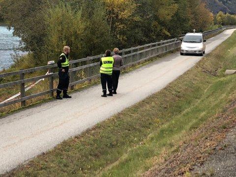 Politiet sperret av et område på 100 meters bredde ned mot Gudbrandsdalslågen etter at en død person ble funnet i elva ved halv fire-tiden tirsdag.