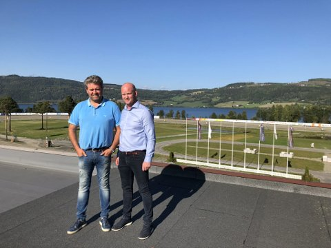 Stein Robøle (t.v.) og Eddie Strandengen har store ambisjoner for å lage en fullverdig trenings og stevnearena for ridning på Biri travbane.