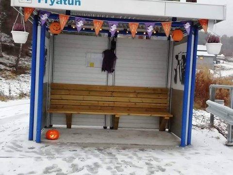 SKREKK OG GRU: Busskuret på Frya er pyntet til halloween. Både til glede og skrekk.