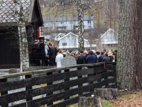 Folk fra Vinstra møtte i kirken for å ta farvel med 16-åringen som så tragisk mistet sitt liv.