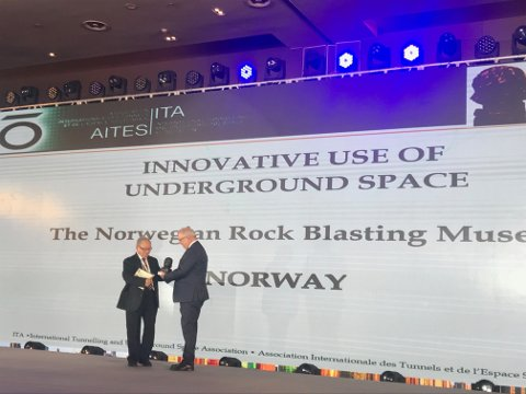 "Formann Ola Woldmo i Foreningen for Norsk Fjellsprengningsmuseum mottar prisen for ""Innovative Underground Space Concept of the year"" under ITA Awards i Kina."