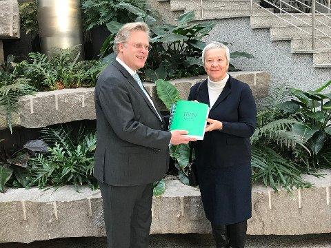 Rektor Kathrine Skretting og prosjektleder Jørgen Klein leverte universitetssøknaden mandag.