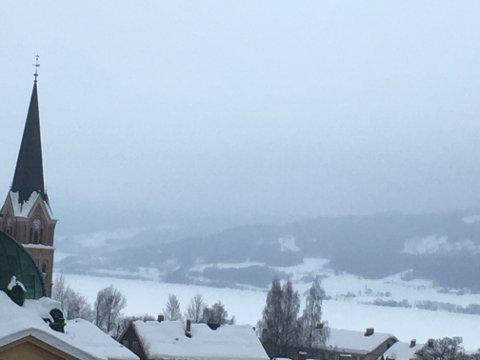 Grått skydekke ligger lavt over Lillehammer lørdag morgen.