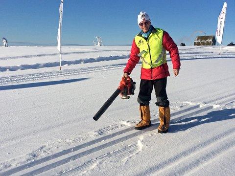 KALDT, MEN FLOTTE SPOR: Løypesjef Tor Skraastad brukte løvblåser i morgentimene fredag for å fjerne den centimeteren med nysnø som hadde lagt seg i sporet på Raudfjellet i løpet av natta.