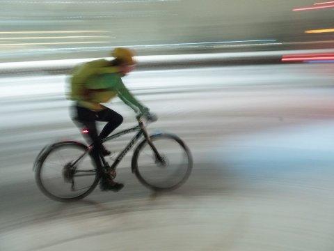 Oslo  20180123. En syklist i snøværet ved Langkaia i Oslo tirsdag. Meteorologisk institutt varsler om full storm på kysten av Vestlandet og det er ventet store mengder nedbør over store deler av Sør-Norge de neste dagene.  Foto: Stian Lysberg Solum / NTB scanpix
