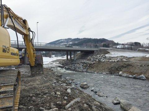 Det er hovedsakelig området nedenfor Vingrom bru som blir sikret i elva Rinna i Vingrom.