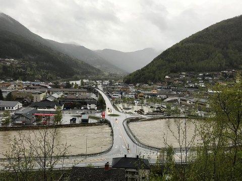 FLOM: Deler av Otta sentrum står under vann fredag.