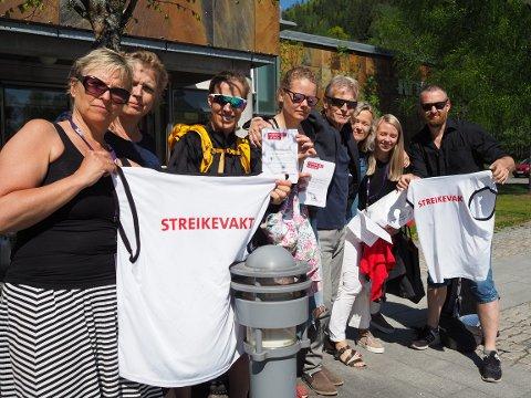 NRK-ansatte i Lillehammer, i streik fra 15. mai. F.v. Ruth Barsten, Madeleine Cederstrøm, Ragnhild Moen Holø, Helle Therese Kongsrud, Ole Martin Sponberg, Marianne Duun Malmo, Line Fosser Vogt og Arne Sørenes.