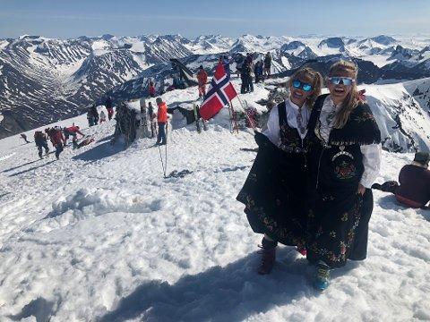 MED: Karine Harildstad fra Nord-Fron og venninnen Janne Dahle fra Jæren var blant de mange som tok turen til Galdhøpiggen på 17. mai.