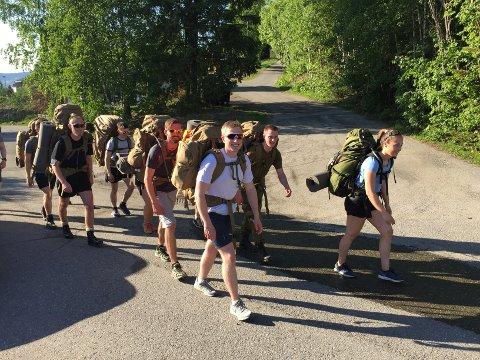 VANDRER MED FREIDIG MOT: Viktige tall for dagen: Det er 60 kilometer fra Jørstadmoen til Hamar. Sekkene til befalselevene veier 20 kilo hver, og temperaturen er 26-27 grader i skyggen.