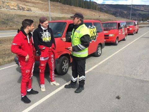 Sebastian Grøttå (t.v.) og Matias Navelsaker og resten av kompisene kom med bilen Fury 2018 fra Nordfjordeid.Det var den første russebilen som ble stoppet under fredagens kontroll på Øyer-vekta. Inspektør Erling Vangen kunne konstatere at alt var i orden med bilen.