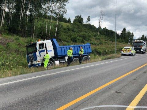 TRØBBEL: En lastebil havnet i grøfta på E6 ved Rudshøgda mandag.