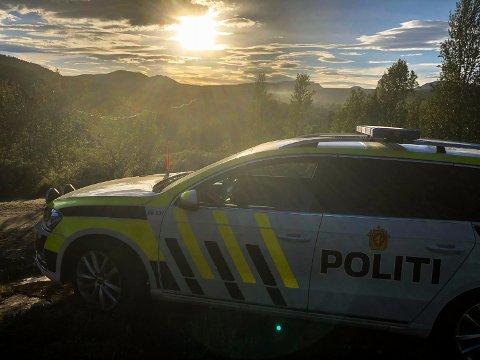 Like over halv ni onsdag kveld melder politiet på Twitter at det ikke lenger skal være noen fare for at hytter skal bli tatt av flammene. Røyken fra brannen sees på lang avstand i forkant av fjellene.