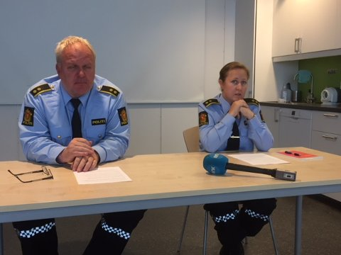 PRESSEKONFERANSE: Fungerende lensmann Tor Strandvik og fungerende krimsjef Kathrine Palerud ved Ringsaker lensmannskontor.