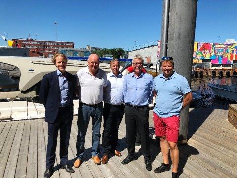 GÅR SAMMEN: FH Gruppen med det svenske investeringselskapet Altor som eier, kjøper opp Leve Hytter i Øyer. Fra venstre Stian Tuv (Altor), Torbjørn Kaarud (FH Gruppen) Stein Plukkerud (Leve Hytter), Arve Noreng (Leve Hytter) og Stig Plukkerud (Leve Hytter).