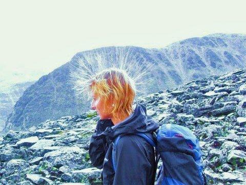 Anita Killi fra Øyer/Otta fotografert like under toppen av Storronden. Håret stritter til værs - et tegn på at lynet kan slå ned.