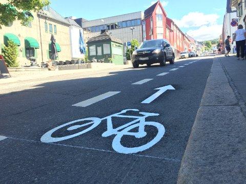 Sykkelfelt er merket opp Jernbanegata og gjør Lillehammer til en enda bedre sykkelby.