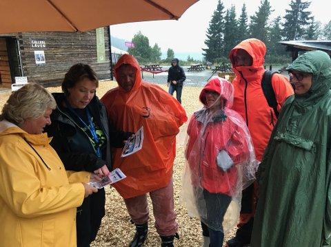 MOTTAKELSE: Tone Kristin Granskogen tar imot en godt kledd gjeng fra Oslo og Trondheim. På Gålå høljet fredag kveld regnet ned, men forestillingen gikk som planlagt.