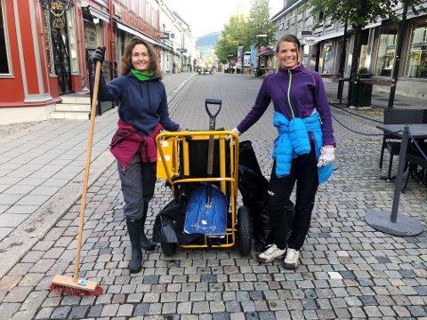 RYDDET OPP: - Det er bare koselig å stå tidlig opp søndag morgen for å plukke opp søppel. Det blir fint i gatene, og det er sosialt, sier venninnene Gry Instefjord (t.v) og Hilde Smistad Hansen fra Lillehammer.