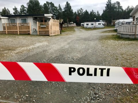 En kvinne fra midtdalen ble funnet med hodeskader i en campingvogn på Bjørgebu camping på Kvamsfjellet søndag. Politiet er på stedet og etterforsker saken.