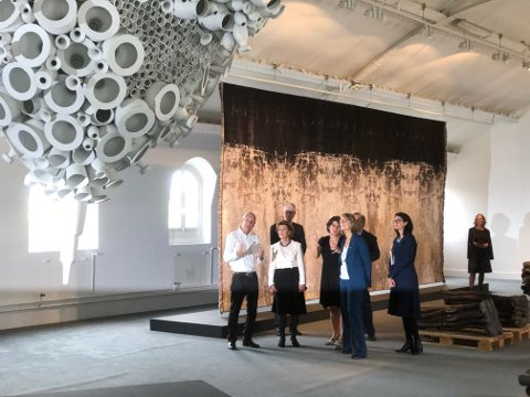 Keramiker Torbjørn Kvasbø fra Venabygd fikk kongelig selskap da utstillingen Naturkrefter åpnet i Paris søndag. Den franske kulturministeren var også med i delegasjonen.