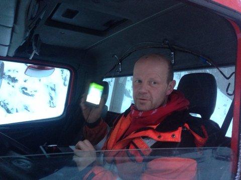 Frode Thoresen i bergingsbilen som kjører innover Dovrefjell ved 10-tiden for å hjelpe en bil som er kjørt av vegen.