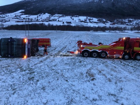 LANGT: Bussen, som var på veg fra Oslo til Sunnmøre, havnet omtrent 30 meter ut på et jorde etter utforkjøringen tidlig tirsdag morgen.