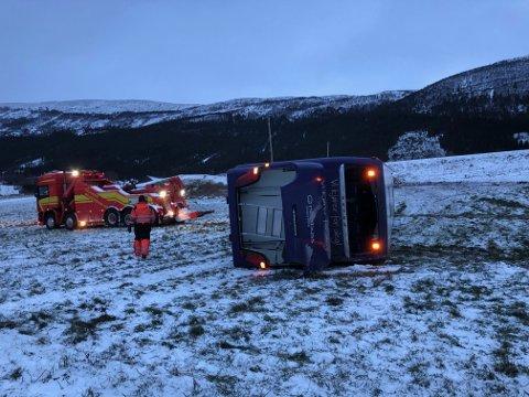 BERGES: Ved 09-tiden tirsdag kom bergingsbil til bussen ved riksveg 15 i Skjåk.