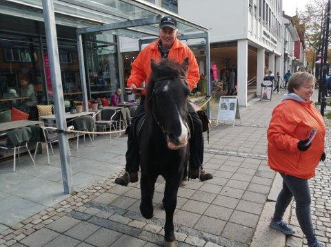 Gunnar Bergum batt hesten Amor utenfor kafeen i gågata mens han og de andre i hestelaget til Stavsmartn drakk kaffe.