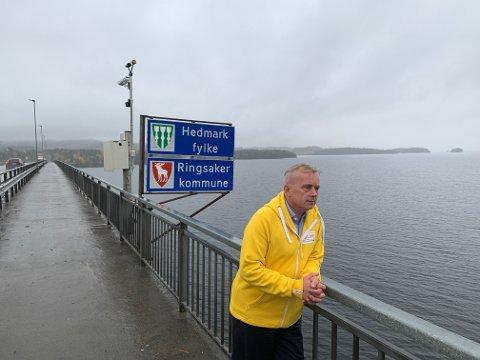 Fylkesmann Knut Storberget i Innlandet foran fylkesskiltene til Oppland og Hedmark.